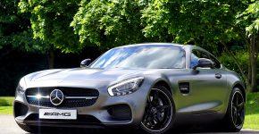 En Mercedes.